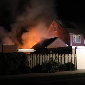 Twee schuurtjes en een huis in brand