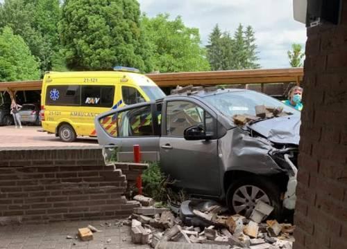 Automobilist ramt twee auto's en muur