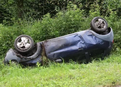 Auto ondersteboven in sloot, inzittenden ongedeerd