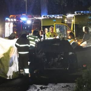 Auto uit de bocht: drie gewonden