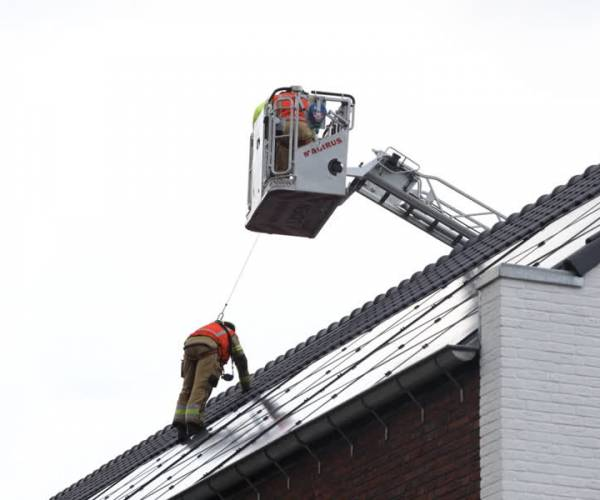 Grote dakplaat dreigt door de lucht te vliegen