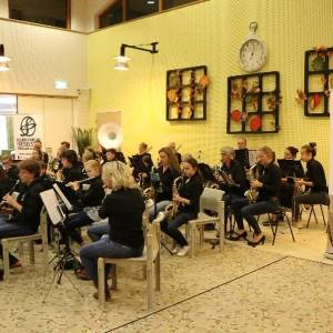 Bewoners Watersteeg genieten van Muziekvereniging Frisselstein