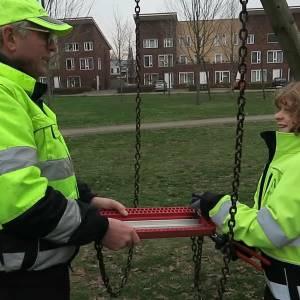 Kinderburgemeester Rens helpt mee met onderhoud park