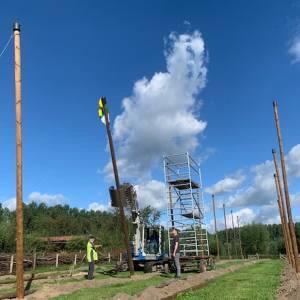 Passen en meten om eerste paal hopveld te plaatsen
