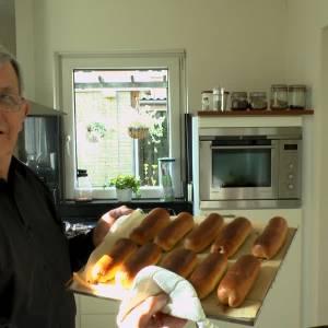 Hoe kom jij je tijd door: Gerard Eickmans legt uit hoe je de beste worstenbroodjes bakt