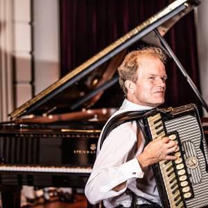 Gelauwerde Bert van den Brink bespeelt orgel Schijndel