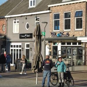 Drukte op de Markt in Veghel na 'bier to go'