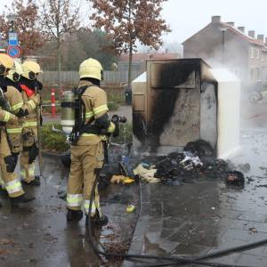 Kledingcontainer in brand door vuurwerk