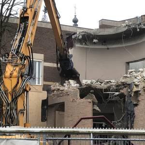Sloopbedrijf zet betonschaar in torentje voormalig Schijndels gemeentehuis