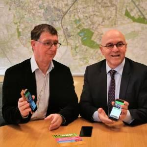 Burgemeester Van Rooij downloadt nieuwe app en geeft startsein voor publieksactie Omroep Meierij