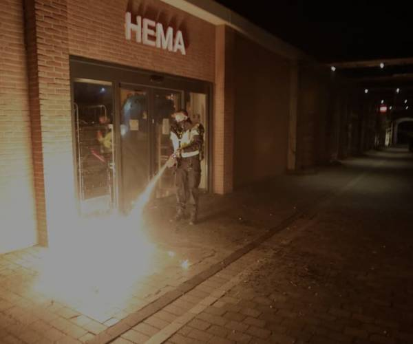 Brandbom vernielt ruit HEMA in Schijndel