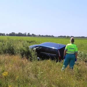 Oudere vrouw raakt met auto van de weg