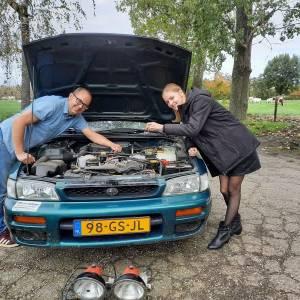 Michiel en dochter Janne in oude Subaru naar de noordpoolcirkel