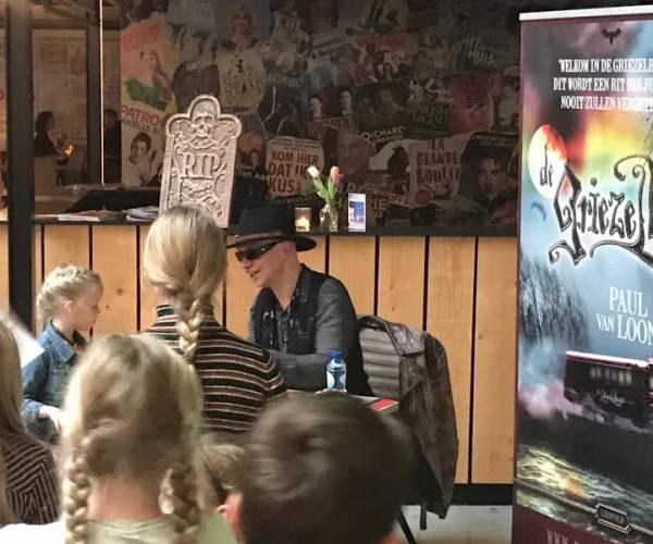 Schrijver Paul van Loon signeerde zijn boeken.