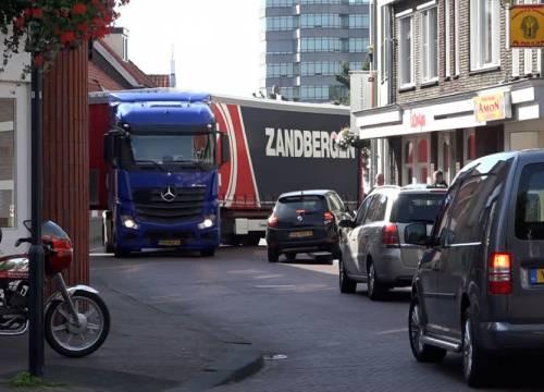 Vrachtverkeer verstopt centrum Rooi (video)