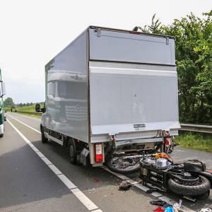 Motorrijder rijdt achterop vrachtwagen