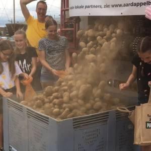 Aardappels scheppen op de Noordkade