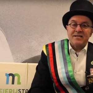 Burgemeester zit prinsheerlijk op de bank